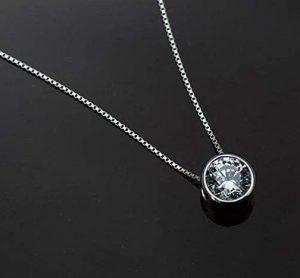 Collar de plata con una brillante circonita