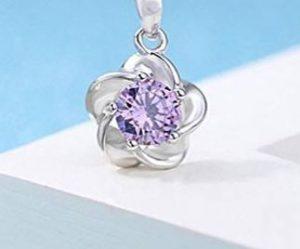 Collar de plata con un colgante en forma de flor con circonita