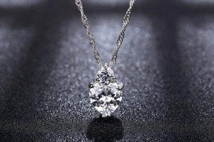 Set de collar y pendientes de plata con un cristal en forma de corazón