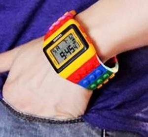 reloj multicolor de lego