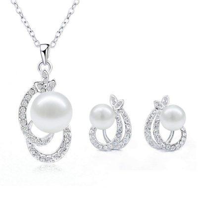 Conjunto de collar y pendientes de perlas