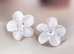 Pendientes de flor de 5 pétalos de plata con una circonita